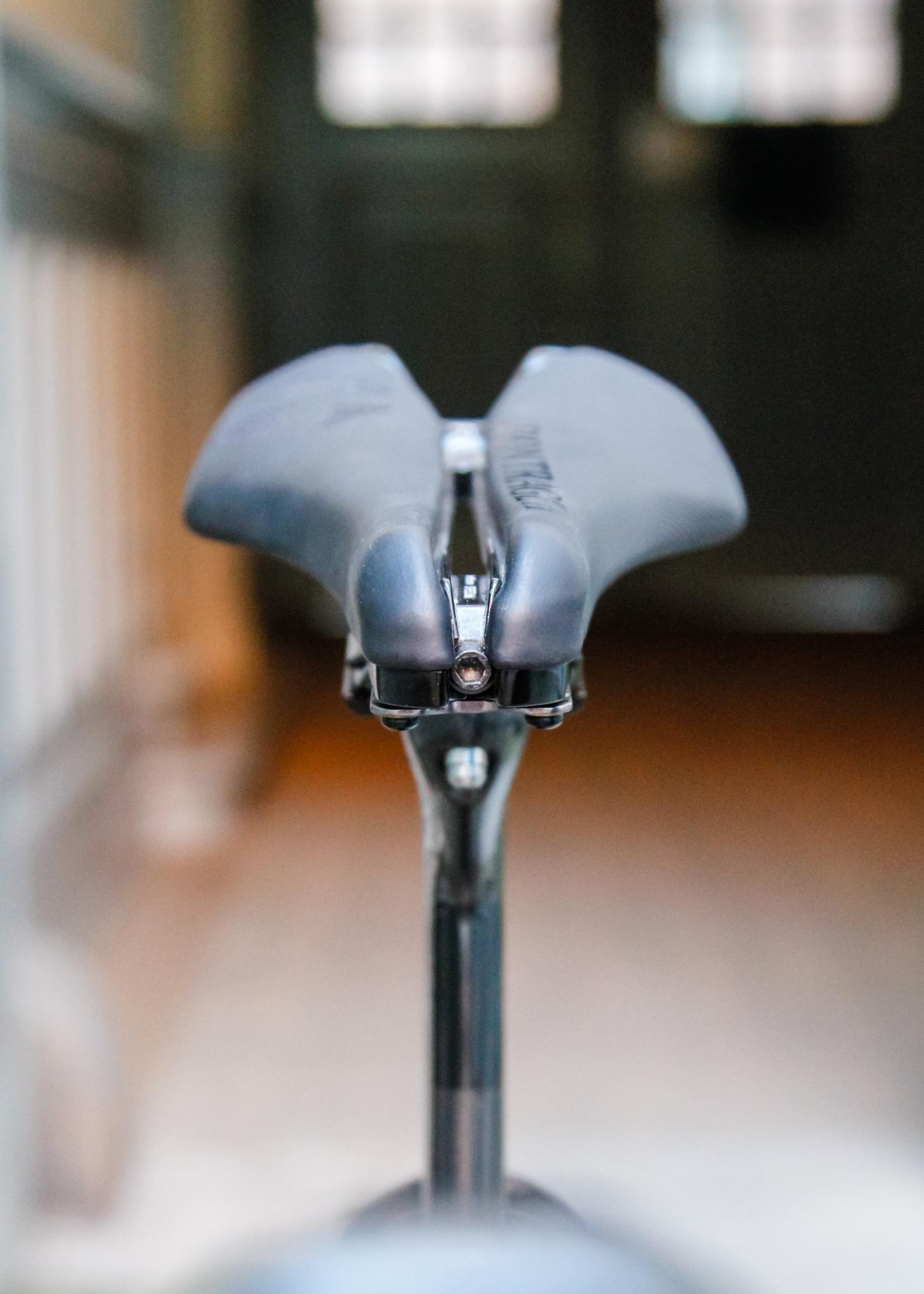Sadlen er smal i spidsen og der er mulighed for at stille bredden af spidsen på umbarco skruen foran